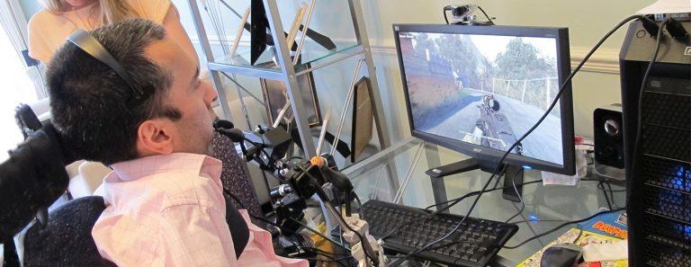 Manusia menggunakan teknologi bantu untuk memainkan video game